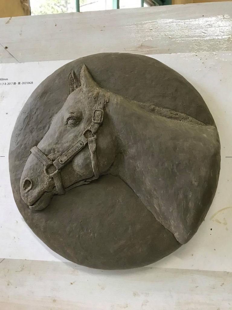 馬のレリーフ